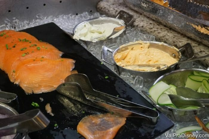 Salmão defumado. Muita gente adora comer no bagel, com um pouco de cream cheese.