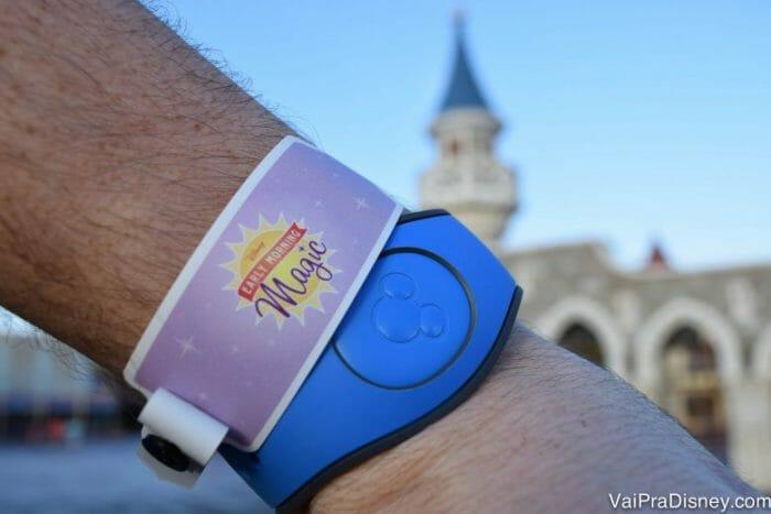A pulseira que a gente ganha no evento.