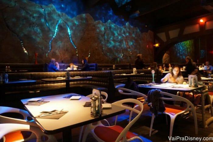Detalhes do outro lado, que completam a ambientação deixando o restaurante todo mais escuro.