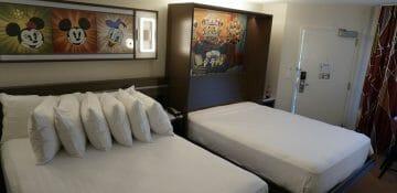 Com as duas camas abertas. Excelente sacada da Disney!
