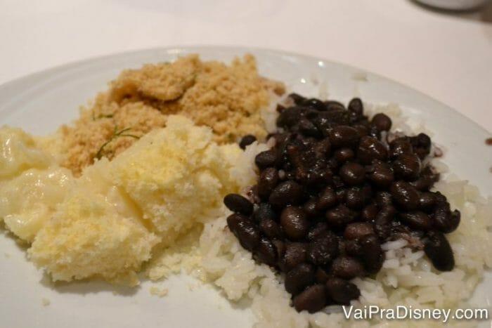 Arroz, feijão, farofa e batata gratinada. Agrada todo mundo que curte uma comida brasileira, né? Apesar de eu preferir o feijão carioca...
