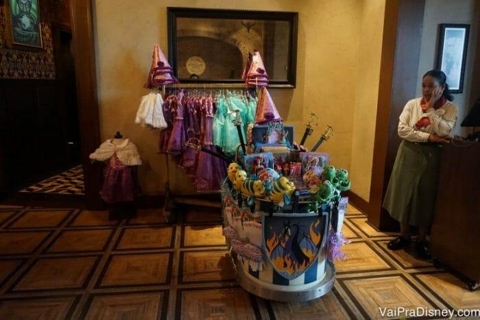 Fantasias e acessórios a venda logo na porta porque a Disney não perde nenhuma chance de te fazer comprar alguma coisa! haha