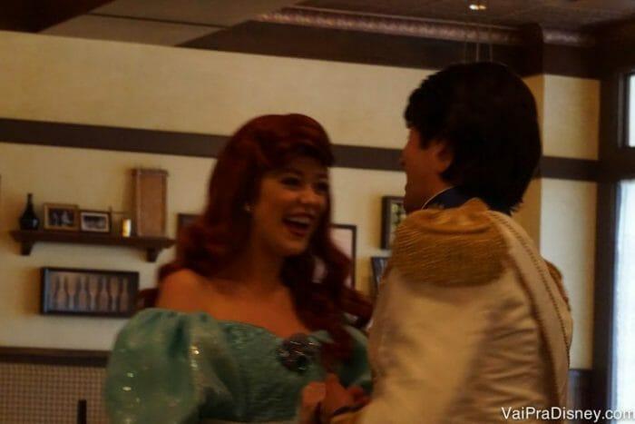 Flagrinha da Ariel e do Eric no meio do café.