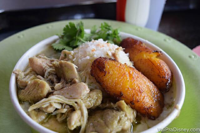 Prato delicioso e saudável no Volcano Bay: frango ao curry com arroz de coco e banana frita