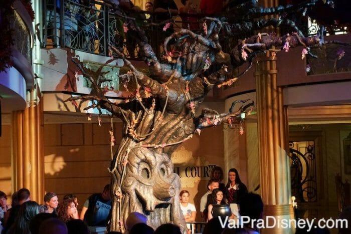 Showzinho de Halloween com a árvore de abóboras.