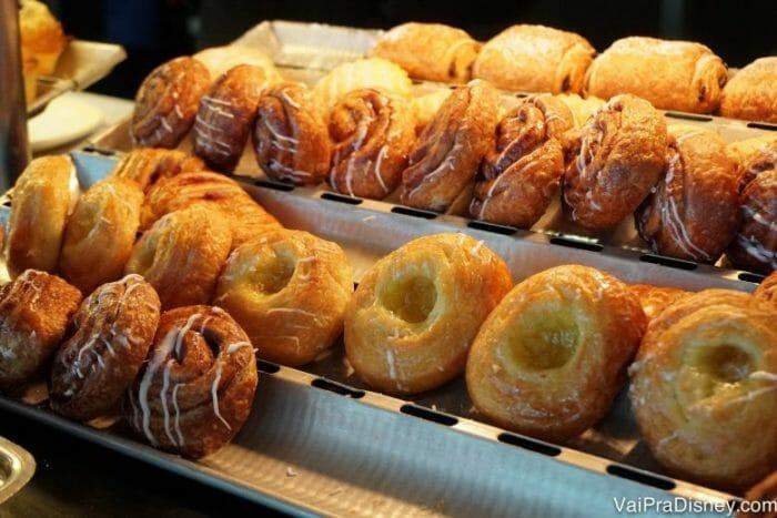 Café da manhã com aquele cinnamon roll sem compromisso para começar bem o dia!
