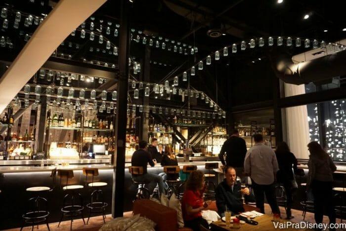 Área do bar! Perfeito para quem quer curtir o climinha, a iluminação baixa, os drinques mas não quer necessariamente jantar.