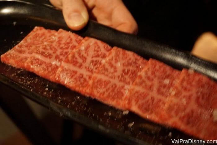 6 pedacinhos de carne. Pelo dedo do garçom aí na foto, você consegue entender melhor o tamanho de cada pedaço.