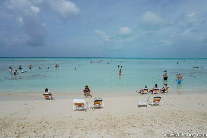 Água hiper limpa, transparente e mar calmo em Castaway Cay.