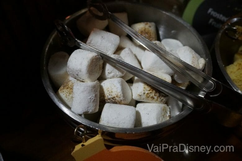 Marshmallow já tostadinho para comer com fondue de chocolate.