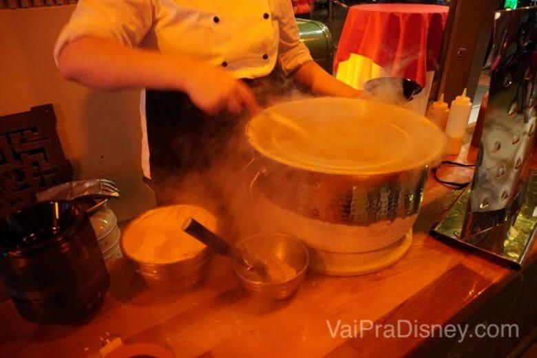 Mousse gelada sendo frita!
