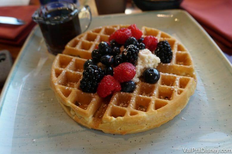 Waffle com frutas vermelhas e chantilly de chai. Muito gostoso!