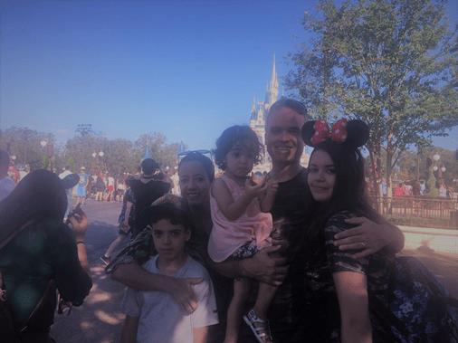 Melissa e sua família no Magic Kingdom com crianças pequenas