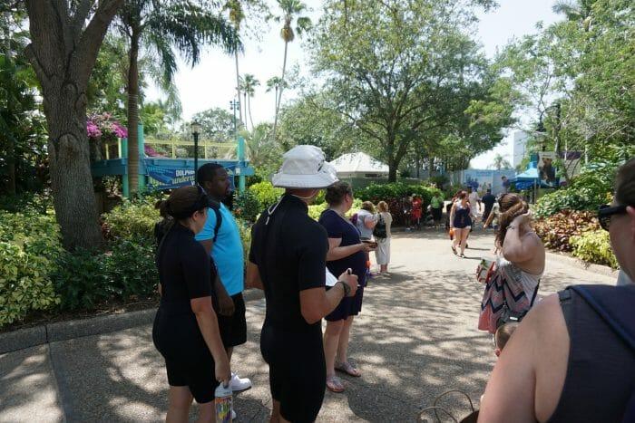 O instrutor (de chapéu) com a lista dos participantes na mão, conferindo se estava todo mundo lá.
