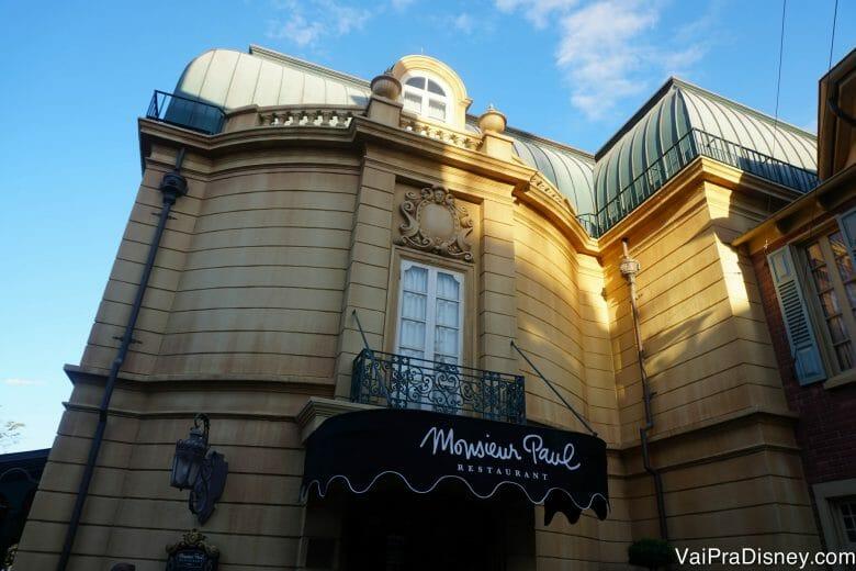 A entrada do Monsieur Paul fica na parte do fundo do pavilhão.