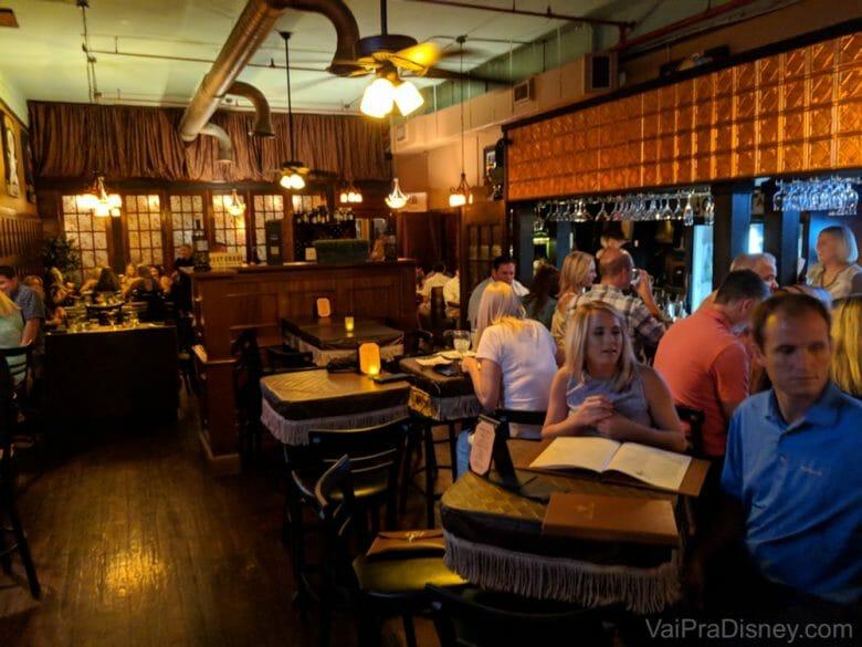 Lá no fundo desse bar, tem uma porta que dá acesso ao Chef's Table at the Edgewater mesmo. Ele fica atrás dessas vidraças no fundo da foto.