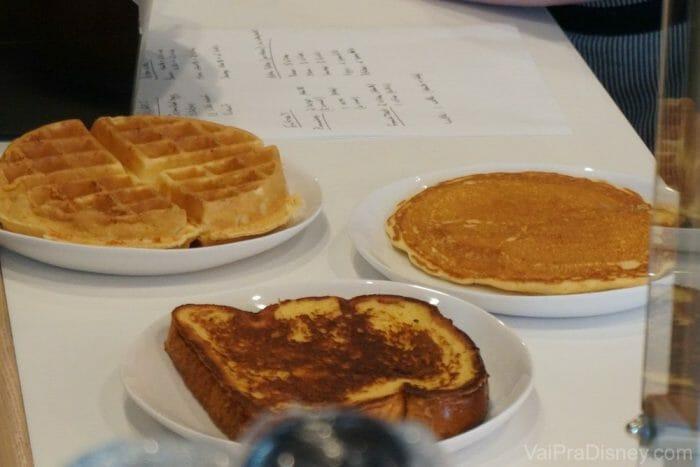As opções mais tradicionais de café da manhã americano também estão presentes na praça do Aventura.