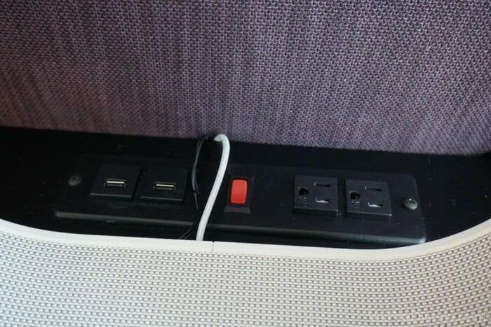 Muitos pontos USB e tomadas para carregar tudo que você precisa!