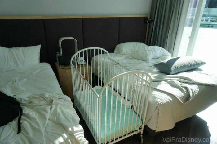 Versão com camas desarrumadas e berço montado. :)