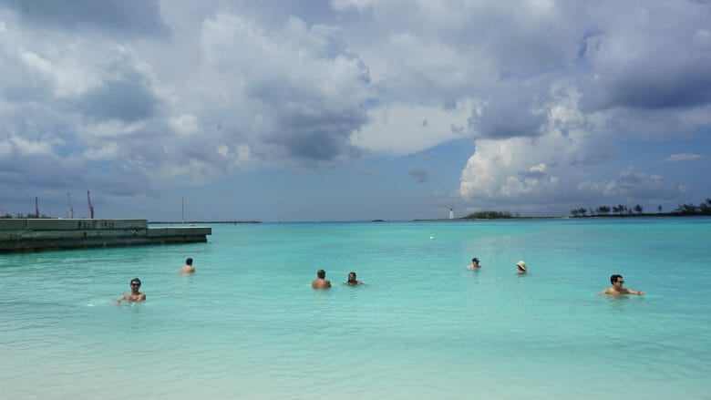 Enquanto nos cruzeiros tipo Alaska, você precisa lembrar dos custos adicionais que terá com passeios extras; em locais como Bahamas e outras praias, dá para aproveitar sem gastar um centavo. Essa praia gratuita em Nassau por exemplo é ótima!