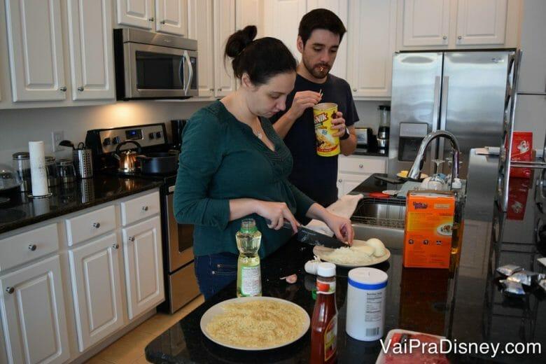 """Hotel com cozinha ou casa alugada tem suas vantagens se você não se importar em """"perder"""" tempo de férias na cozinha."""