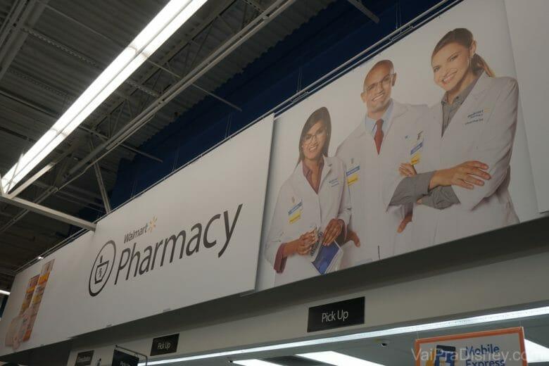 """Muitos supermercados tem uma área de farmácia com venda de produtos """"de balcão"""" e outros controlados (que precisam de receita médica)."""