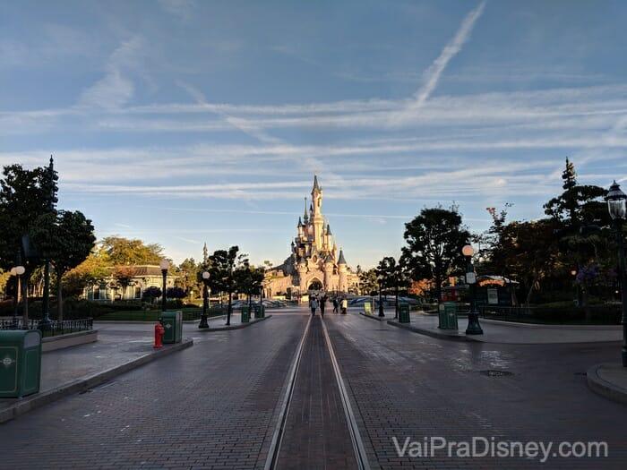 Eu madruguei e consegui essa foto com a Disneyland Paris quase vazia!