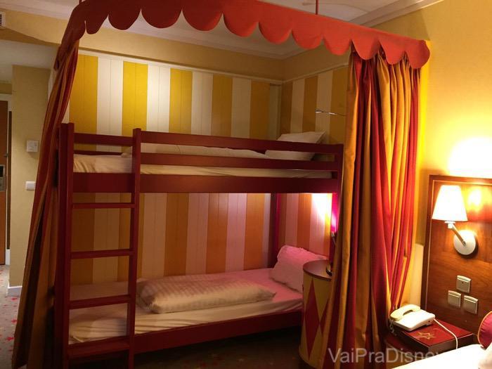Além da cama de casal, o Magic Circus tem esse beliche tematizado também.