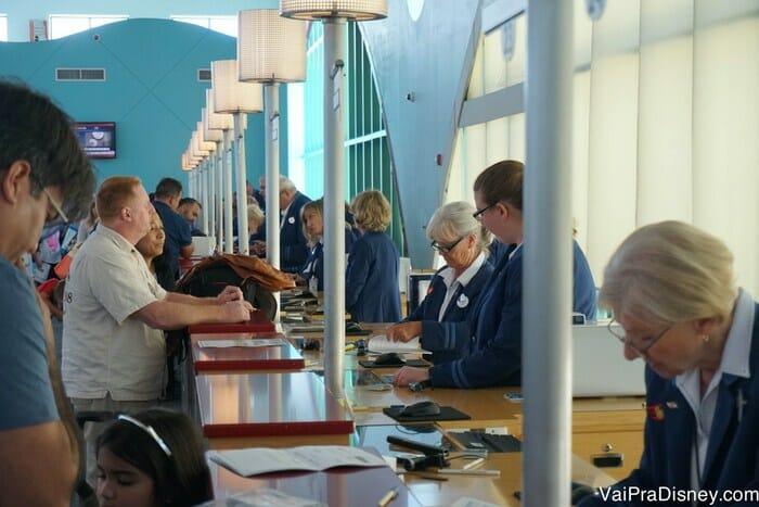 A fila do check-in pode ser grande mas em geral ela anda rápido porque são muitos funcionários atendendo ao mesmo tempo.