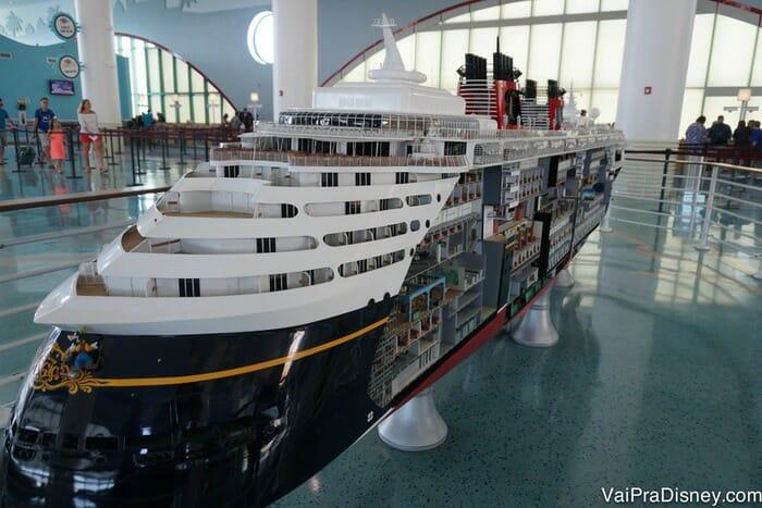 Se o seu embarque for em Porto Canaveral, não deixe de ver a maquete linda do Disney Magic que está exposta por lá.