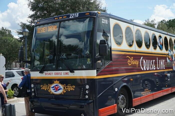 Os ônibus da Disney podem ser uma alternativa cômoda de ir para o porto para quem vai se hospedar na Disney.
