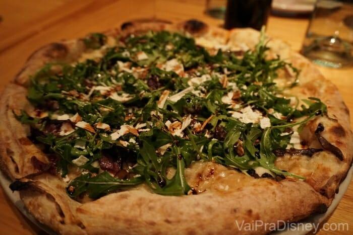 Pizza do Hike. Ele pediu de cogumelos, mas para quem não curte, tem outros sabores também. Muito bem feita e massa bem parecida com a das pizzas do Brasil.