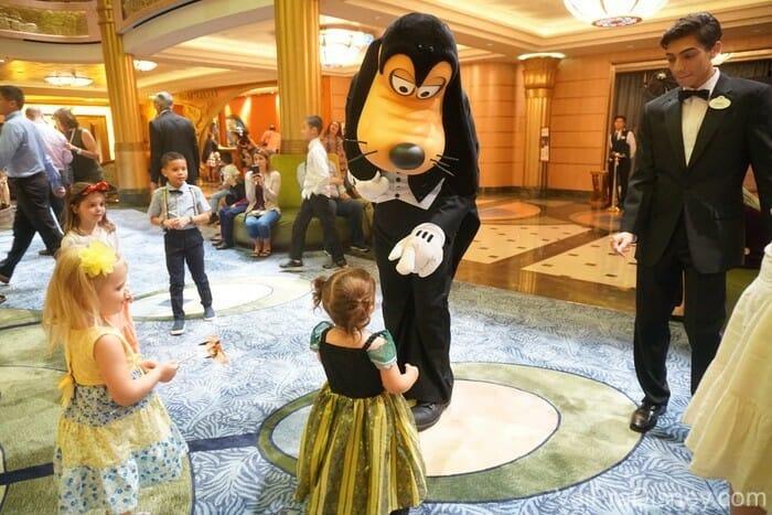 Outro momento que eu adoro: o Pateta dançando com as crianças, tranquilamente no átrio do navio.