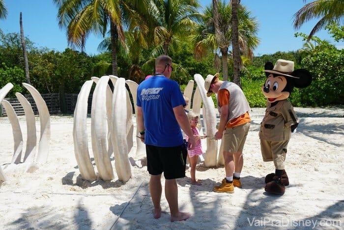 Mickey acompanhando a escavação com as crianças.