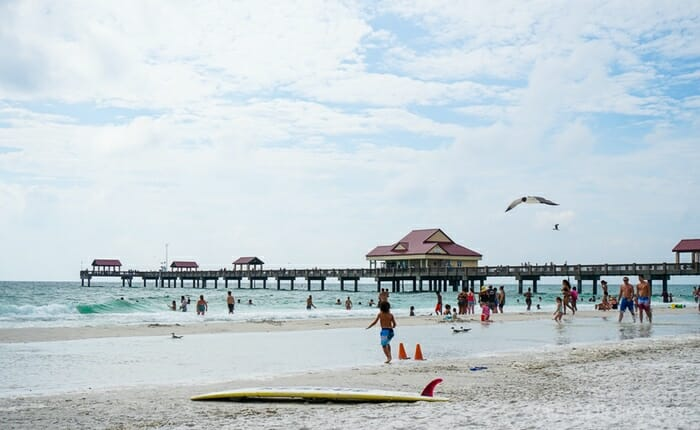 Praia linda, águas transparente, clima perfeito e dia perfeito para qualquer viagem nos meses mais quentes.