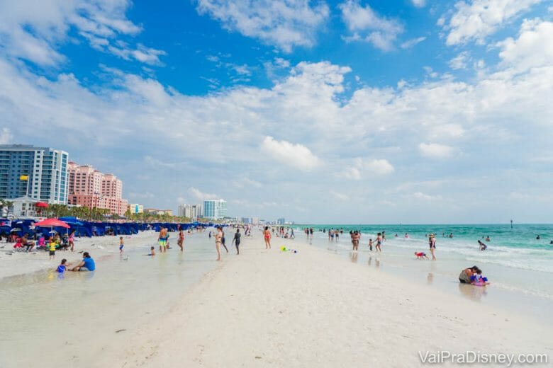 Que tal aproveitar a época de calor para visitar uma praia próxima de Orlando?