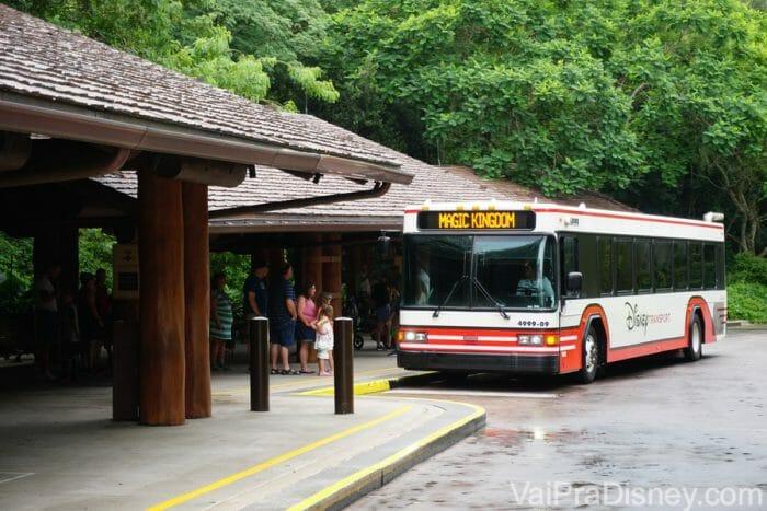 Os ônibus da Disney te levam dos hotéis para todos os parques do complexo e também para Disney Springs.