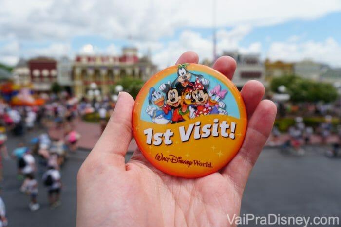São vários buttons pra você escolher. Esse amarelo e laranja é especial para quem visita o parque pela primeira vez!