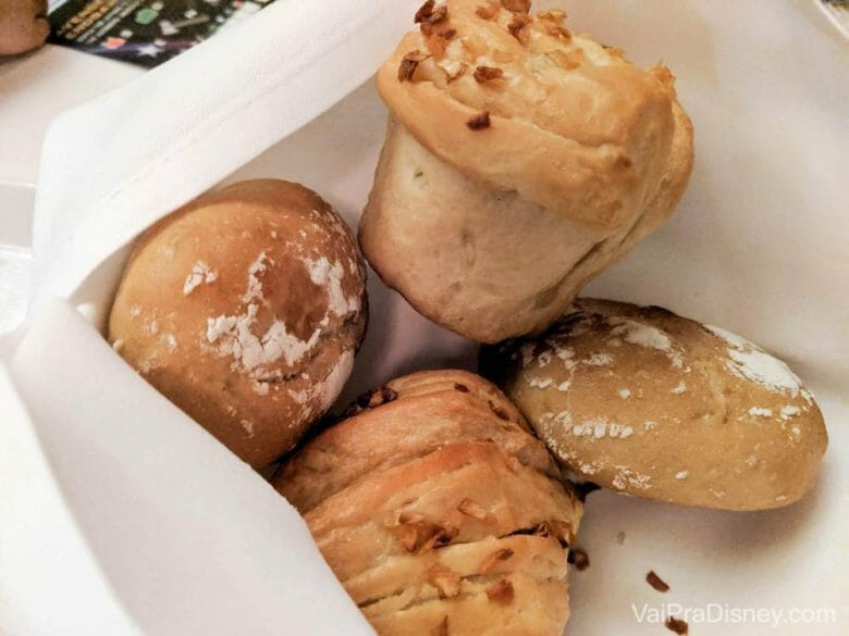 Eu visitaria o restaurante só pra comer esse pão! Sério, queria poder levar pra casa e comer todo dia!
