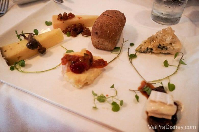 Um minuto de silencioso para esta tábua de queijos. Os detalhes na apresentação já mostra como o restaurante é mega cuidadoso.