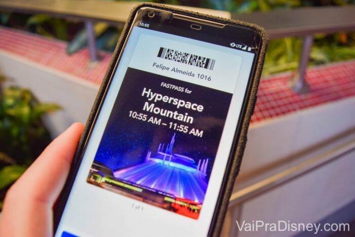 Marcando nas estações ou com o Maxpass pelo celular, os fastpasses da Disneyland aparecem no seu celular.