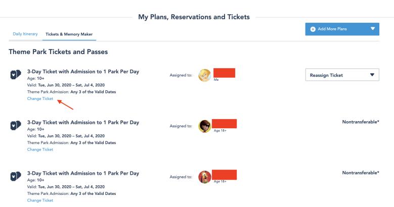 Foto da tela no site da Disney mostrando a parte de tickets e reservas e uma flecha indicando onde clicar para fazer alterações