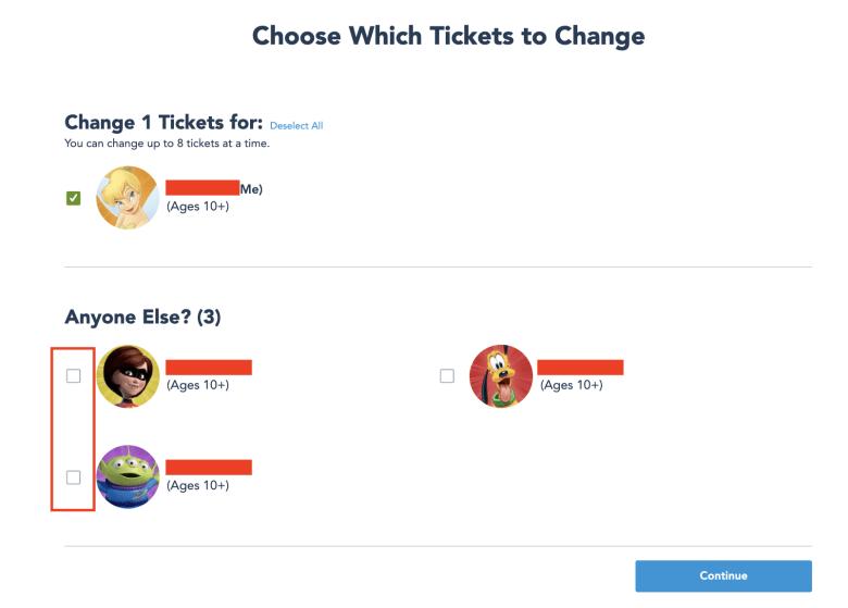 Foto da tela no site da Disney mostrando a parte de selecionar quais visitantes terão o ingresso alterado