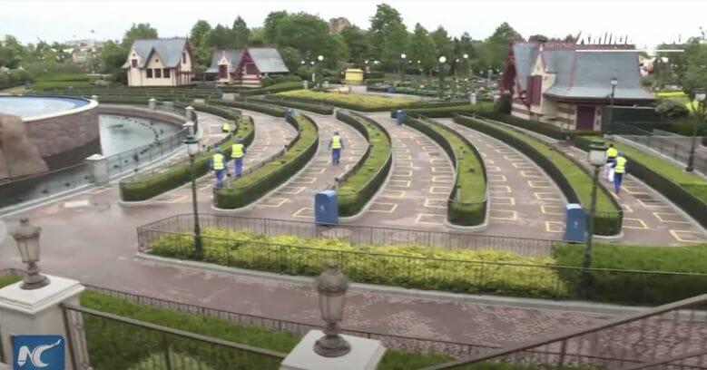Foto da Disney de Shanghai mostrando as marcações no chão colocadas para instruir a respeito da distância que os visitantes devem manter um do outro nos shows e paradas