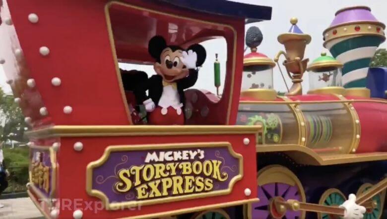 Foto do Mickey no trenzinho da Disneyland Shanghai acenando para a câmera.