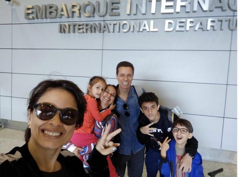 """Foto do leitor Fabiano, que escreveu para o """"Viagem do Leitor"""" do VPD, com sua família na área de embarque do aeroporto"""
