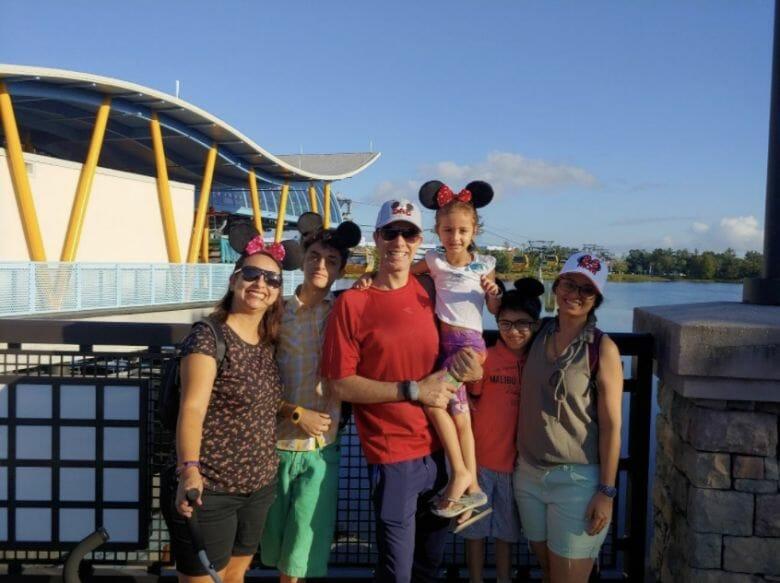 Foto do Fabiano com sua família no Epcot