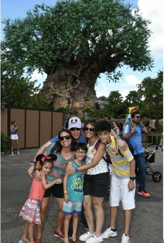 """Foto do leitor Fabiano, que escreveu para o """"Viagem do Leitor"""" do VPD, com sua família em frente à Árvore da Vida no Animal Kingdom"""