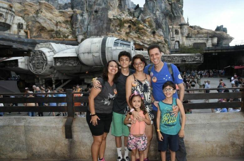 """Foto do leitor Fabiano, que escreveu para o """"Viagem do Leitor"""" do VPD, com sua família em frente à Millenium Falcon no Hollywood Studios"""